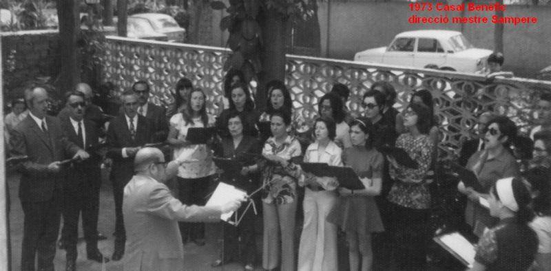 La coral, a l'any 1973, cantant al jardinet del Casal sota la direcció del mestre Sampere