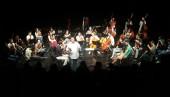 """""""L'orquestra assaja"""" El director de l'OBF adreçant les explicacions als alumnes"""