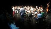 """""""l'orquestra assaja"""" Moment en que un dels alumnes tingué l'oportunitat de dirigir l'orquestra"""