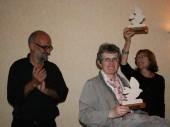 Moment  de l'entrega a la directora i a la  presidenta de Kan an Odet un record amb l'emblema de la Coral l'Amistat